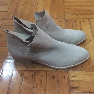 Low heeled suede booties